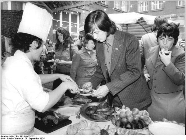 Bauernmarkt war der passende Abschluß einer Auszeichnungsveranstaltung des FDJ-Zentralrates und des Ministeriums für Land-, Forst- und Nahrungsgüterwirtschaft am 26. Sept. 1975, auf der 170 Mädchen und Jungen für hervorragende Leisitungen bei der Getreideernte ausgezeichnet wurden.